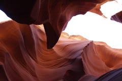 Färgrik kanjon med den släta stenen, den gula apelsinen och röda väggar - Fäll ned den Anthelope kanjonen arkivfoto