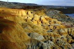 Färgrik kanjon vid floden med Karsttopografi Fotografering för Bildbyråer