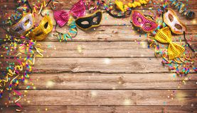Färgrik karneval- eller födelsedagbakgrund med maskeradmaskeringar arkivbild