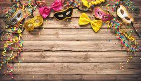 Färgrik karneval- eller partiram av maskeringar, banderoller och confett Royaltyfri Bild