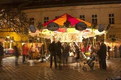 Färgrik karusell i jul som är ganska i Budapest Arkivbild
