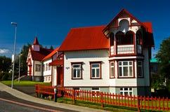 Färgrik katolsk kyrka i Akureyri Royaltyfri Bild