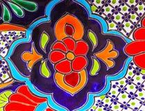 Färgrik keramisk röd blå blommakruka Dolores Hidalgo Mexico Arkivfoto