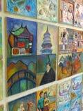 Färgrik keramisk tegelplatta på den thailändska templet Royaltyfri Bild