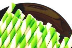 Färgrik kex i tillbaka maträtt på vit bakgrund arkivbilder