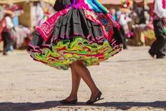 Färgrik kjol under en festival på den Taguile ön, Peru royaltyfri bild