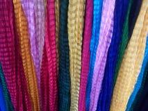 Färgrik kläder som är till salu på lagret Arkivfoto