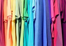 Färgrik kläder som hänger abstrakt texturbakgrund Arkivbilder
