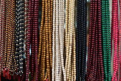 Färgrik klosterbroder prydde med pärlor girlander på skärm Arkivfoto