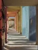 Färgrik korridor med kolonner och skuggor på solig dag Färgrika kolonner Abstrakt arkitektoniskt foto, kolonner, diagonal, gata Royaltyfri Bild