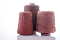Färgrik kotte av silke på vit bakgrund Royaltyfria Foton