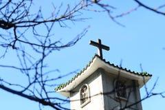 Färgrik kristenkyrka med den blåa skyen Royaltyfri Fotografi