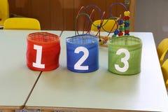 Färgrik krus med text en två tre i grundskola för barn mellan 5 och 11 år Arkivfoton