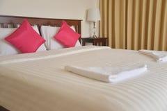 Färgrik kudde på hotellsäng arkivbilder