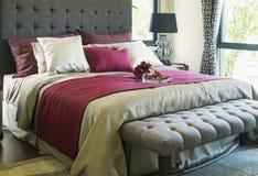 Färgrik kudde på säng Royaltyfri Bild
