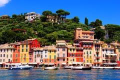 Färgrik kust- italiensk stad Arkivfoto