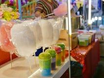 Färgrik läcker sockervadd i koppar och påsar som är visat till salu på nattmatmässan royaltyfri bild