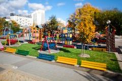 Färgrik lekplats utan barn under sommartid - lutandeförskjutningslins arkivfoto