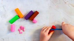 Färgrik leraplasticine som modellerar lerastycken med barns händer som är horisontal, utbildning, barnpsykologi royaltyfri foto