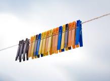 färgrik linje för 2 clothepins Royaltyfri Fotografi