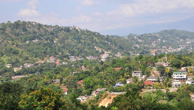 Färgrik liten by i bergen arkivfoton