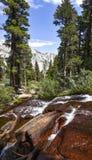 Färgrik liten vik i östliga toppiga bergskedjor, Whitney Portal, Kalifornien arkivbilder