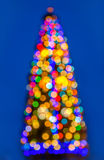 Färgrik ljus julgranbokeh på blå bakgrund Royaltyfria Bilder