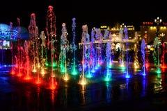 Färgrik ljusspringbrunn på golvet - global by dubai fotografering för bildbyråer