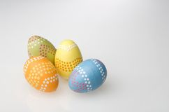 färgrik målad easter ägghand Arkivbilder