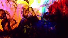 Färgrik målarfärgfärg som fördelar i vattenbakgrund arkivfilmer