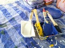 Färgrik målarpensel på det blåa arket arkivfoton