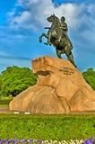 Färgrik målning av monumentet St Petersburg, Ryssland för århundrade för bronsskicklig ryttare den 18th Arkivfoto