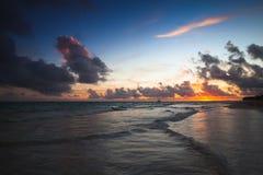 Färgrik mörk seascape i en soluppgång arkivfoton