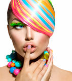 Färgrik makeup, hår och tillbehör arkivbilder