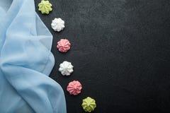 Färgrik maräng på en mörk tabell Trendig luftefterrätt för valentin dag kopiera avstånd arkivbild