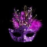 Färgrik Mardi Gras maskering som isoleras på svart royaltyfri bild