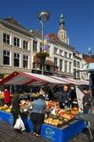 Färgrik marknad i den holländska staden Breda, Nederländerna Arkivfoto