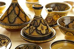 Färgrik marockansk krukmakeri på marknaden Royaltyfri Foto