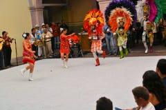 Färgrik mexicansk grupp med maskeringar på festivalen Arkivfoto