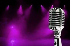 färgrik mikrofon för bakgrund Fotografering för Bildbyråer