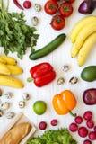 Färgrik modell av hälsokost på en vit träyttersida, uppe i luften äta som är sunt Top beskådar Från över royaltyfria foton