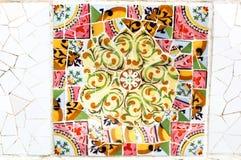 Färgrik mosaik i berömda Parc Guell i Barcelona, Spanien Fotografering för Bildbyråer