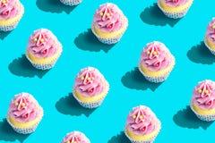 F?rgrik muffinmodell p? pastellf?rgad bl? bakgrund Id?rikt minsta partibegrepp royaltyfria foton