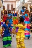 Färgrik musikband av stiltwalkerdansare på en gata i havannacigarr Arkivbild