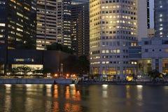 färgrik natt för stad arkivfoto