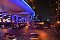 Färgrik natttrafikplats i Shanghai, Kina Arkivbilder
