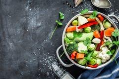 Färgrik ny klar vårsoppa - vegetariskt materiel fotografering för bildbyråer