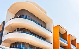 färgrik och curvy byggnad arkivbilder