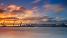 Färgrik och härlig soluppgång på Hamburg landningbroar royaltyfri fotografi