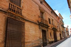 Färgrik och majestätisk gammal husfasad i Caravaca de la Cruz, Murcia, Spanien fotografering för bildbyråer